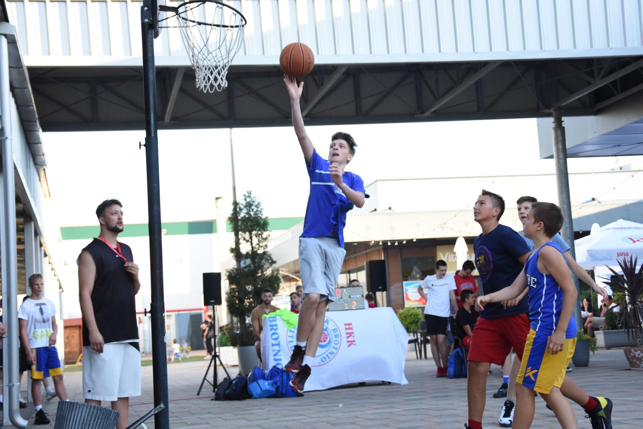 """Photo of Završen sedmi streetball turnir za mlade košarkaše i košarkašice """"Youth Streetball Challenge"""" u organizaciji Hrvatskog košarkaškog kluba Brotnjo"""