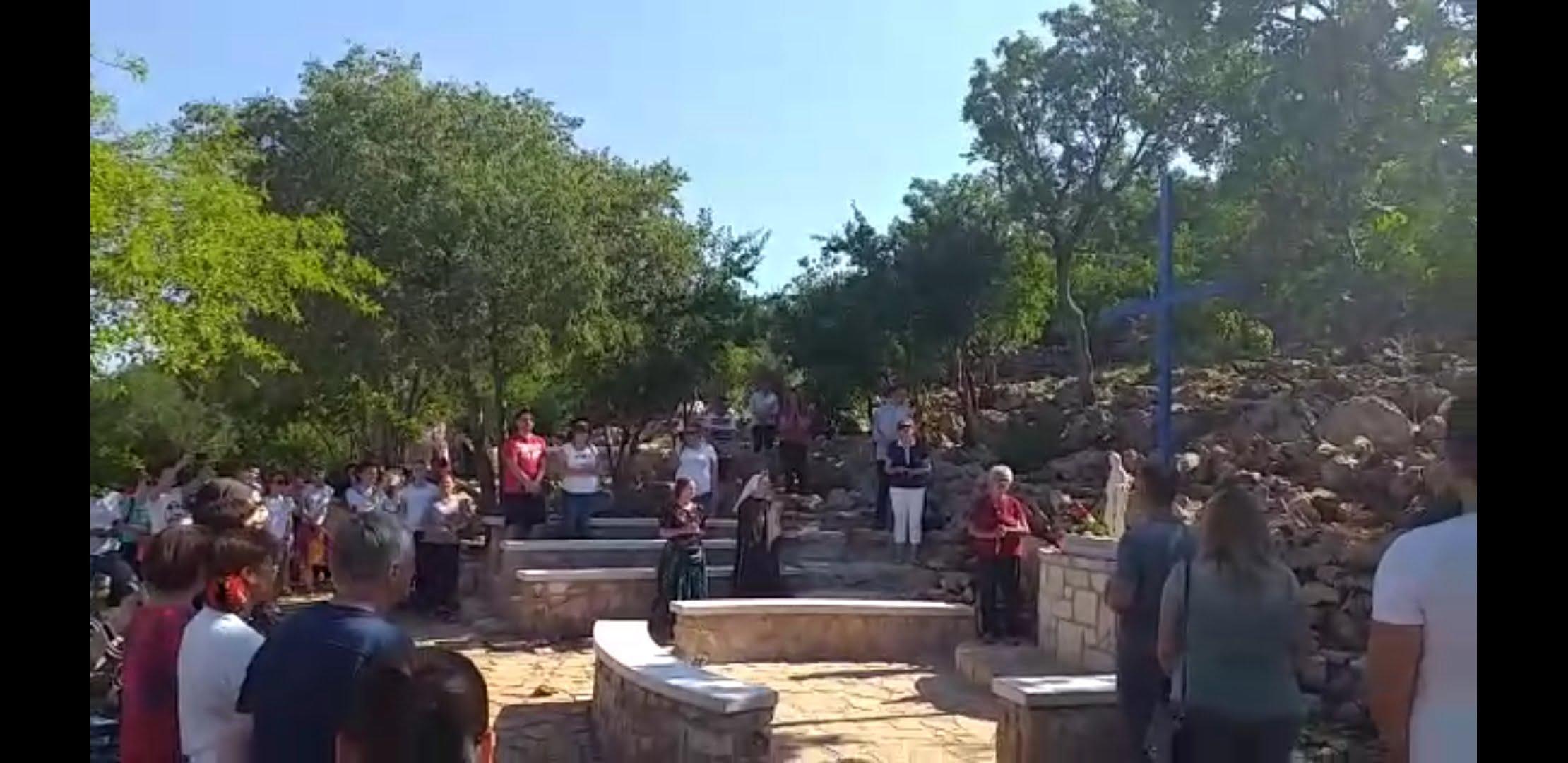 Photo of (VIDEO) Dirljiva pjesma župljana i hodočasnika na Plavom križu
