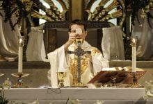 Photo of SNAGA VJERE :Četiri američke biskupije nastavit će slaviti mise s pukom unatoč odredbama vlasti
