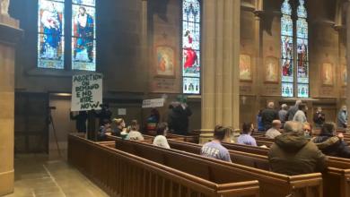 Photo of Prosvjednici ušli u katedralu i prekinuli svetu misu za 'poštivanje života'